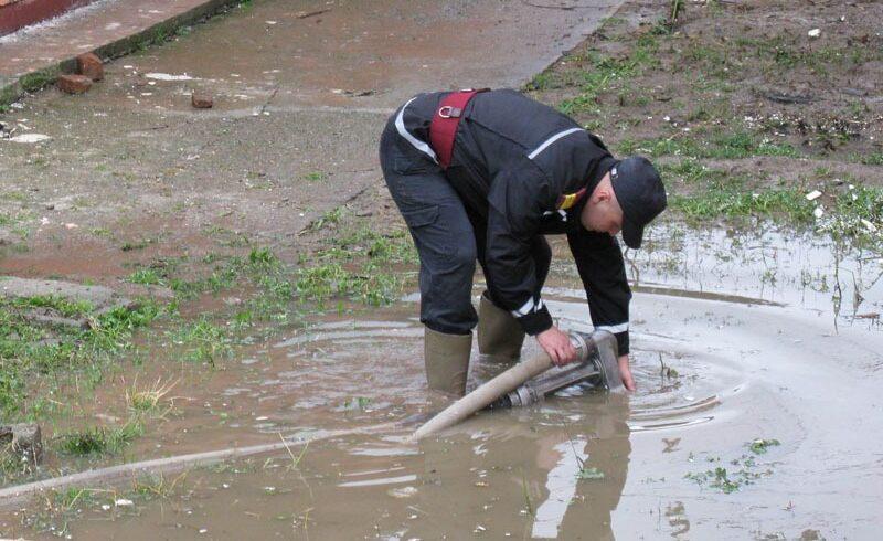 ploile-dau-de-lucru-pompierilor