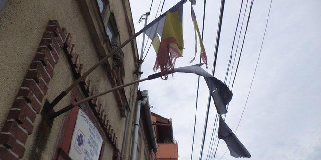 ludus:-arborarea-drapelului-national,-intre-obligatie-si-bun-simt
