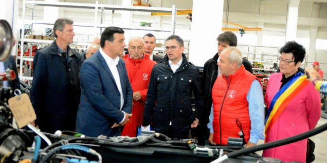 ministrul-economiei,-in-vizita-la-singura-fabrica-de-tractoare-romanesti