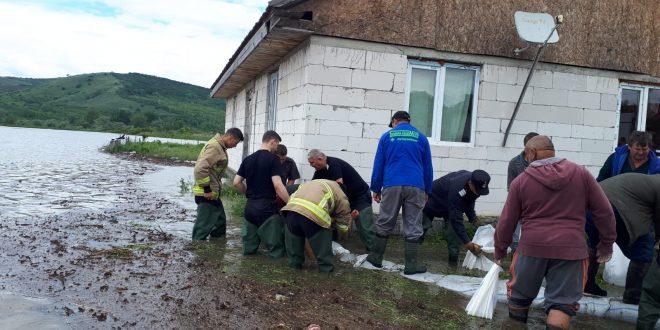 foto:-bresa-in-digul-de-aparare-al-comunei-sanpaul!-apa-a-ajuns-la-case.