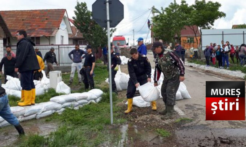 acum inundatie in mures barajul a cedat si apa a ajuns la casele oamenilor foto