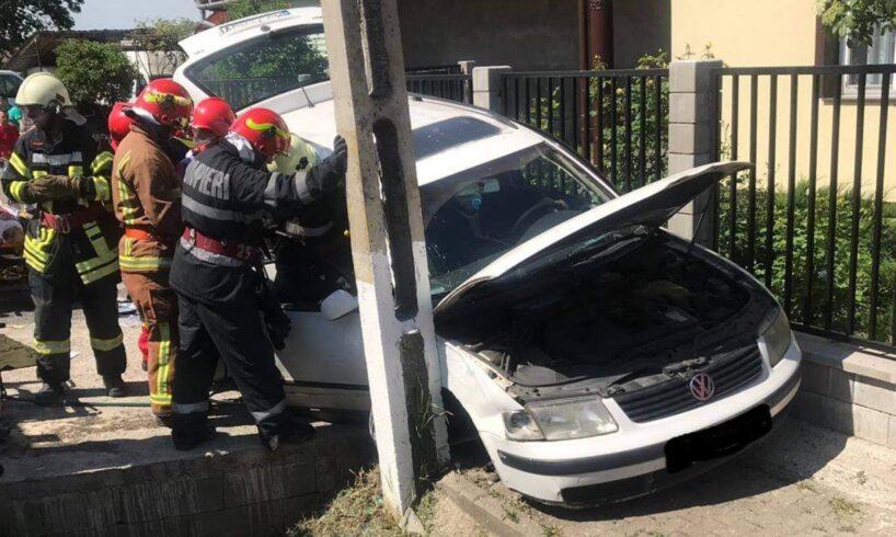 politia un tanar sofer a bagat doua persoane in spital in urma accidentului de la suseni