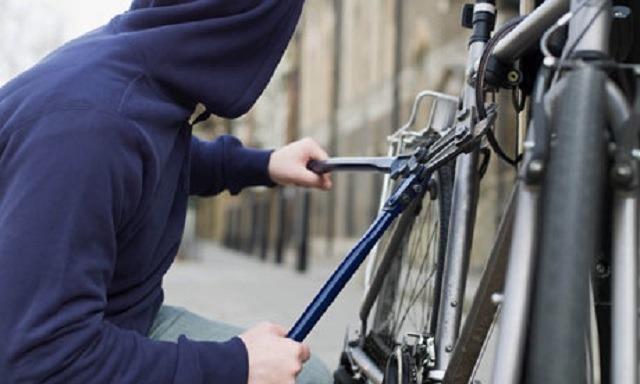patru minori noaptea la furat de biciclete