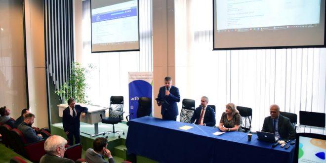 consilierul primarului claudiu maior prezent la deschiderea unui curs international de artroscopie la targu mures