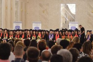 foto gaudeamus alaturi de absolventii universitatii dimitrie cantemir