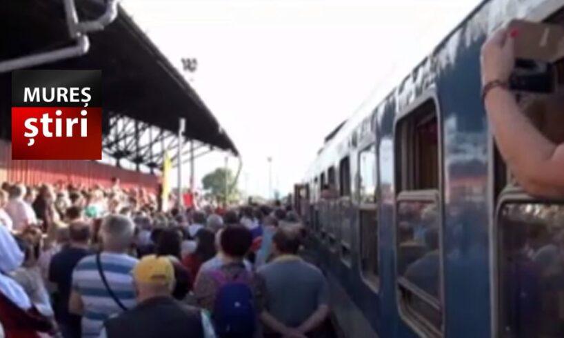 foto mii de credinciosi din ungaria primiti cu bucurie si daruri in gara din tirgu mures