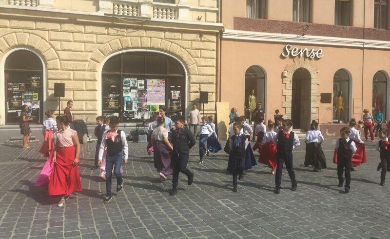 26 de elevi au dansat romana la brasov