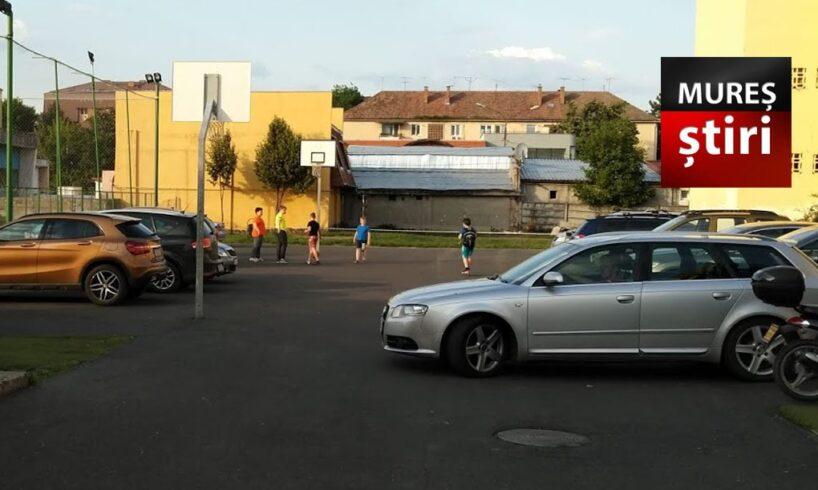 foto afacere in curtea scolii nr 7 din tirgu mures invadata de cocalari care circula cu masinile printre copii