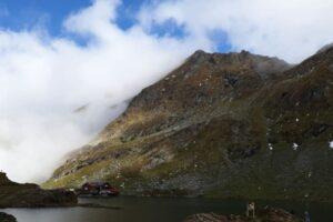 elicopterul-smurd-chemat-in-ajutor-de-salvamontisti-pentru-un-turist-accidentat-in-muntii-fagarasului