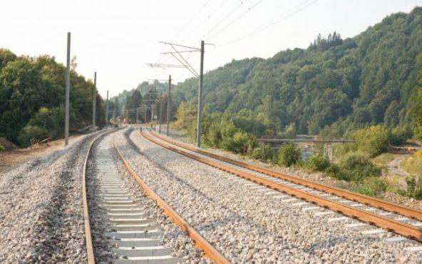 aproape 100 de km de cale ferata intre brasov si sighisoara vor fi modernizati cand se va putea circula cu 160 km h