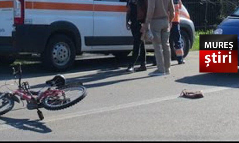 atentie o fetita care traversa strada pe bicicleta lovita de masina