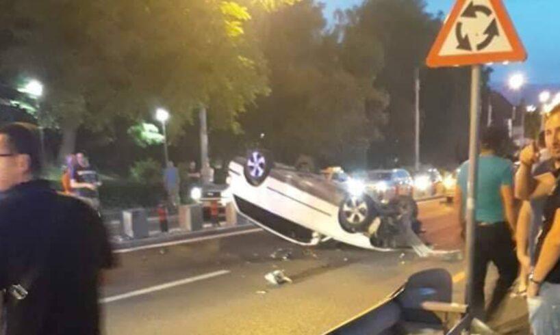 video accident pe ritm de manele cu masina rasturnata in mijlocul drumului