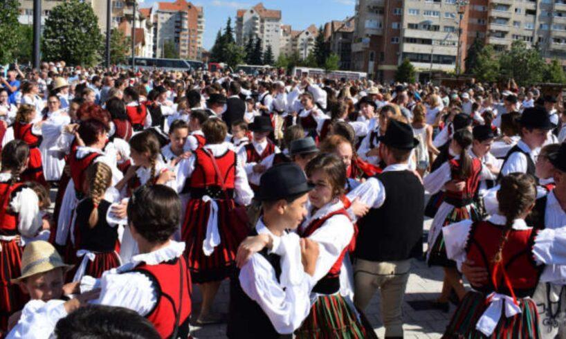 mii de persoane participa la traditionala manifestare ziua celor 1 000 de fete secuience