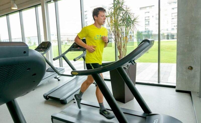 robert hajnal cel mai bun ultramaratonist roman va alerga 12 ore pe banda pentru pacientii hospice