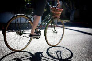 iubitoarele-mersului-pe-bicicleta-din-brasov-vor-putea-sa-si-etaleze-cele-mai-frumoase-si-colorate-tinute-de-drum-in-aceasta-sambata