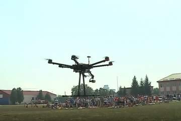 video zeci de drone s au ridicat deasupra aerodromului la festivalul din targu mures