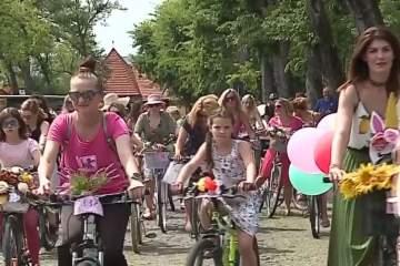 peste 150 de doamne si domnisoare au colindat pe bicicleta strazile din targu mures