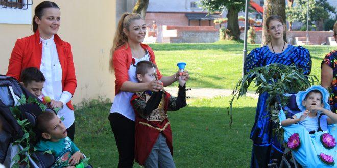 galerie foto sarbatoare la cetatea medievala targu mures copiii cu dizabilitati nu au nevoie de mila ci de incluziune