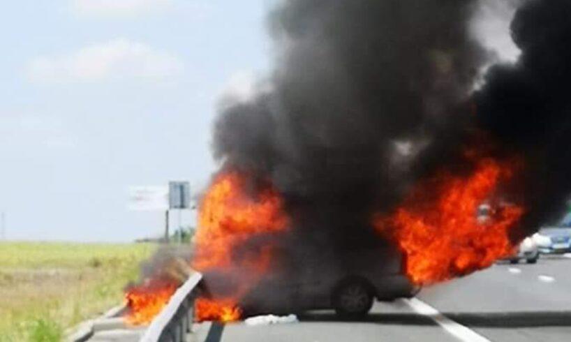 foto inca o masina a luat foc pe autostrada in urma unui accident
