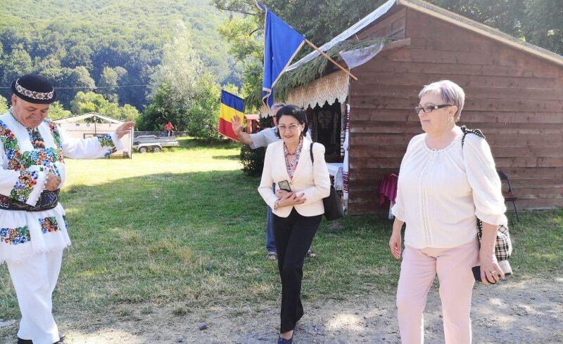 ministrul-educatiei,-ecaterina-andronescu,-isi-continua-vizita-in-mures