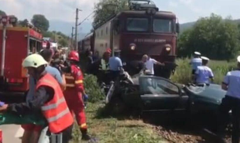azi!-o-familie-a-murit-in-urma-impactului-dintre-masina-lor-si-un-tren!-foto
