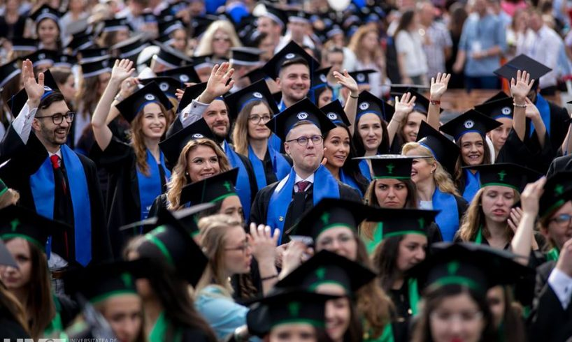 aproape 2 000 de absolventi pe stadion la festivitatea de absolvire a umfst