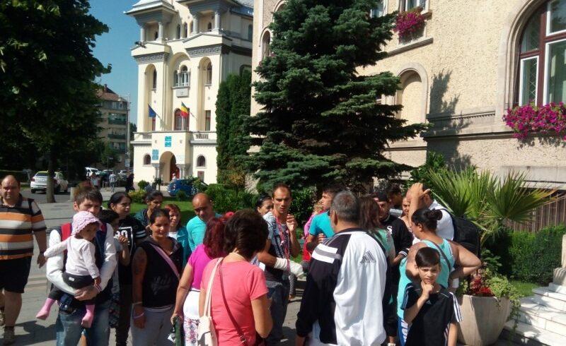 peste 30 de locatari ai azilului de noapte din tgmures au protestat azi in fata primariei tg mures