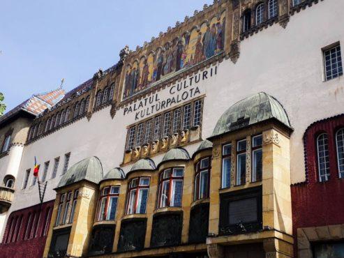 un-perete-al-palatului-culturii,-deteriorat-de-ploi