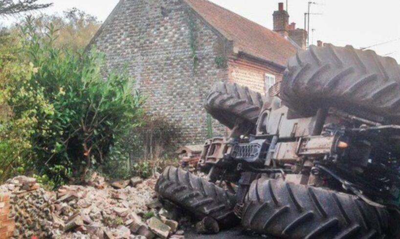atentie!-beat-si-fara-permis,-a-intrat-cu-tractorul-in-gardul-unei-case!
