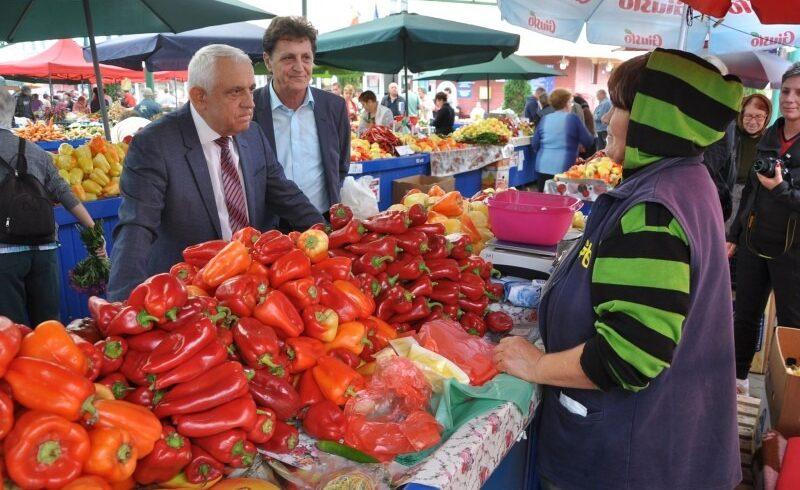 ministrul agriculturii s a intalnit astazi cu producatorii care vand in piata cuza voda din targu mures
