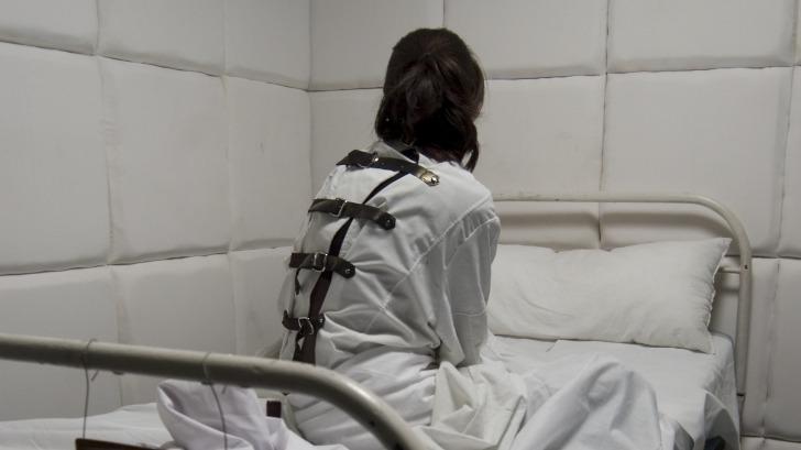 mures:-pacienti-tratati-la-gramada-din-cauza-lipsei-de-dotari-din-spitalele-de-psihiatrie