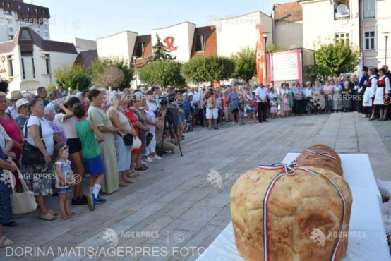 paine-sfintita-de-preoti-catolici,-reformati,-unitarieni-si-evanghelici,-impartita-la-targu-mures-de-ziua-ungariei