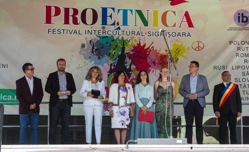 medalie pentru organizatorul festivalului interetnic proetnica
