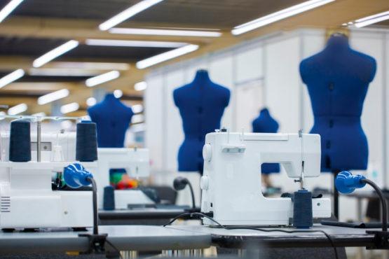 masa-de-calcat,-tiparele-de-croitorie-si-masina-de-cusut-–-de-nelipsit-din-atelierul-de-croitorie