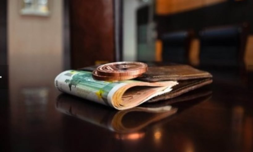 foto-doua-fetite-au-gasit-si-returnat-un-portofel-cu-aproape-3.000-de-euro!-respect