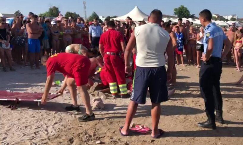 patru-pompieri-de-la-isu-mures-au-salvat-de-la-moarte-doi-turisti,-pe-plaja-din-costinesti