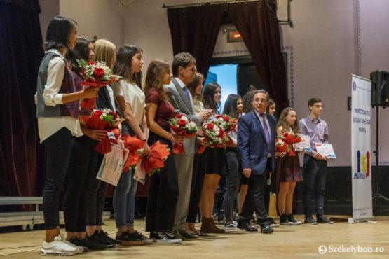 absolventii cu media generala 10 au fost premiati la bilantul anului scolar precedent