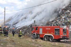 pompierii-intervin-si-astazi-la-groapa-de-gunoi-a-municipiului-sighisoara