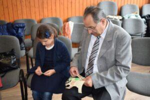 cursuri si ateliere practice pentru copii sustinute de bunici voluntari la o scoala din targu mures