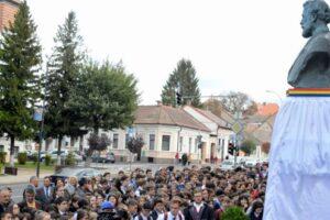 foto:-bustul-lui-papiu-ilarian,-in-haine-noi-de-centenarul-colegiului