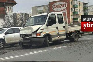 atentie soferi accident intre doua autovehicule pe dn13 la sighisoara