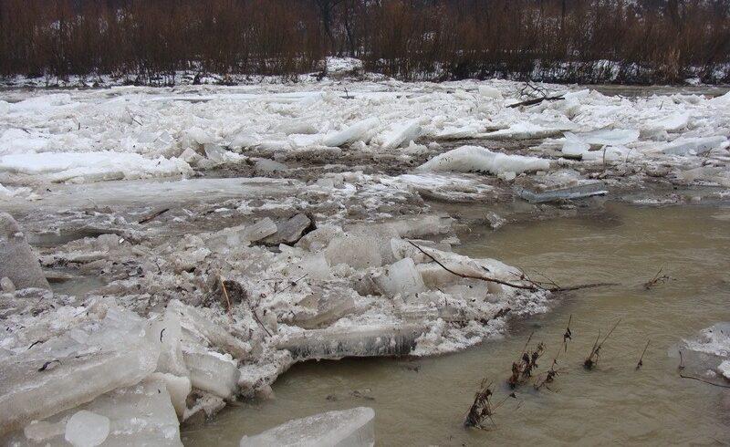 echipele de la ape lucreaza pentru indepartarea ghetii pe paraul vale din harghita