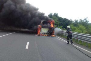 un-autobuz-a-luat-foc-intre-localitatile-harghitene-racu-si-madaras