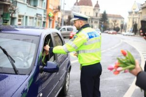 politistii au impartit flori si zambete