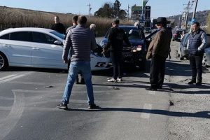 video foto accident intre doua masini si un autobuz langa corunca