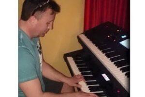 video:-muresenii-stau-acasa:-florin-suteu-canta-la-orga