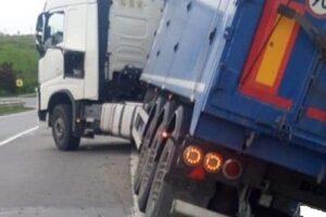 foto:-camion-iesit-in-decor-in-zona-acatari!