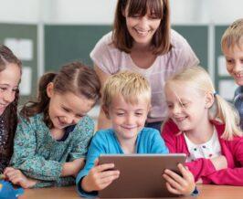 copii la scoala cu manuale digitale
