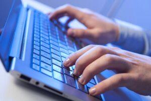 onac-a-publicat-documentatia-de-atribuire-privind-dispozitivele-conectate-la-internet-pentru-elevi-din-mediile-defavorizate