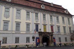turistii-stau-la-coada-ca-sa-viziteze-cel-mai-vechi-muzeu-din-romania,-brukenthal